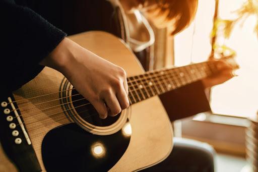 Giải mã giấc mơ guitar – Mơ thấy đàn guitar đánh con gì?