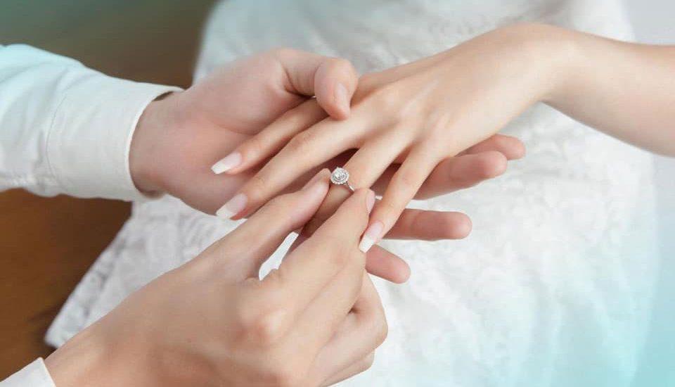 Nằm mơ thấy ai đó đeo nhẫn vào ngón tay của bạn có ý nghĩa gì?